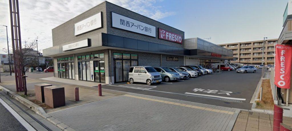 木津駅前にフレスコ・サンディなどスーパーがある